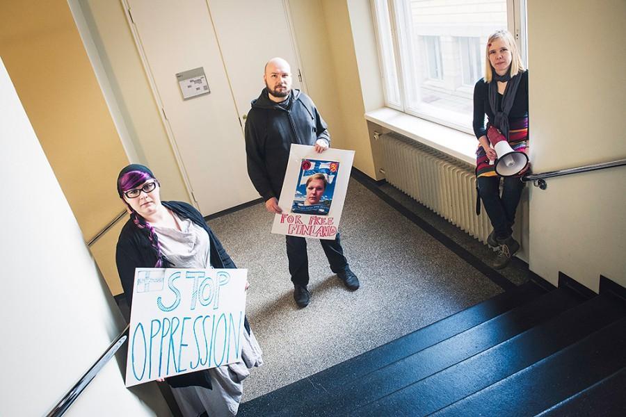 Mielenosoituskyltit vuoden 2013 Halat hisarista. Palestiinalaisten kanssa suunnitellussa Larpissa Suomi oli miehitettynä kuten Palestiina on oikeassa elämässä. Kuva: Jukka Aro