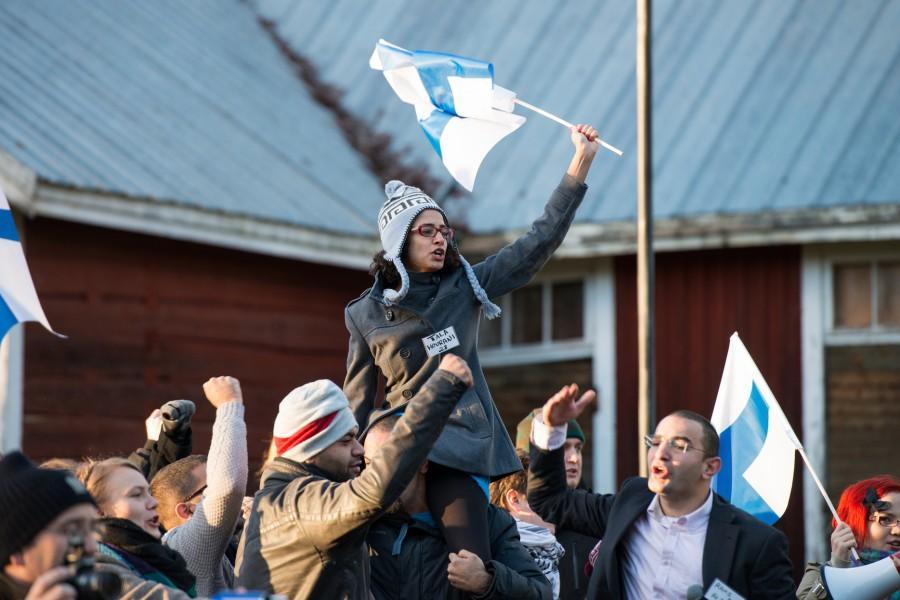 Palestiinalaisia osallistujia ja Suomen lippuja vuoden 2013 Halat hisarin mielenosoitusharjoituksessa. Kuva: Tuomas Puikkonen
