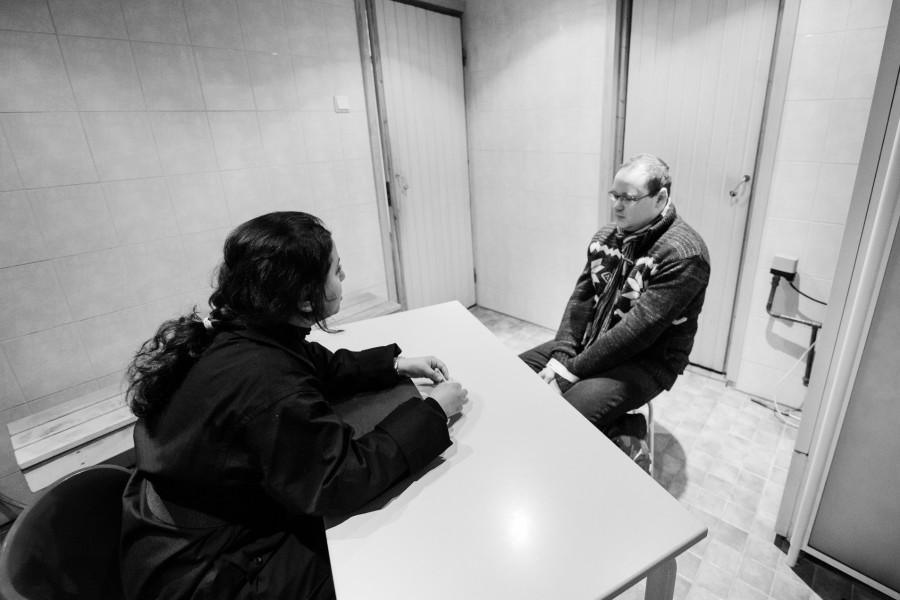 Palestiinalainen pelinjärjestäjä Fatima AbdulKarim (vas.) kuulustelijan roolissa vuoden 2013 Halat hisarissa. Kuva: Tuomas Puikkonen