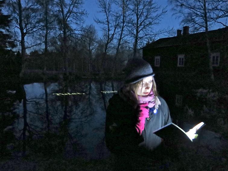 Runoilija Henriikka Tavi luki avajaisissa runojaan. Kuva: Helena Hietanen