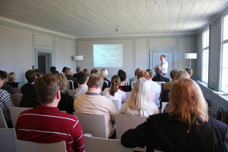 Ihmistieteet ja evoluutionäkökulma -seminaarissa ihmistieteilijät ja luonnontieteilijät keskustelivat yhteistyön mahdollisuuksista. Kuva: Nina Rantala.