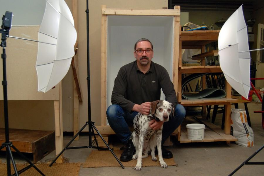 Jaakko Pesosen mukana residenssissä oli lähes 14-vuotias Pepi-koira, joka oli myös yksi Koira/vanki/vanhus-videoinstallaation esiintyjistä. Kuva: Pirre Naukkarinen