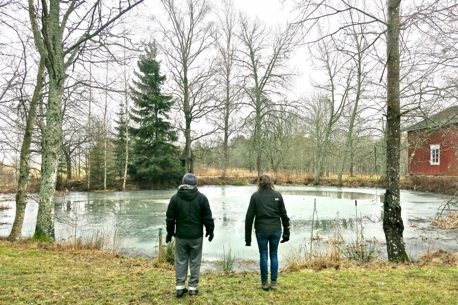 Jaakko Niemelä ja Henriikka Tavi lammen rannalla. Kuva: Helena Hietanen