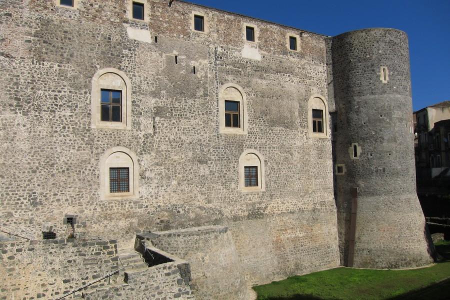 1200-luvulla rakennettu Castello Ursino Cataniassa.